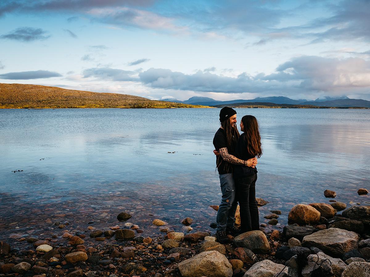 norway-seaside-couple-photoshoot-shell-eide-photography-website
